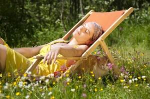 Der Artikel gibt Tipps zum Pflegen der Haut nach dem Sonnenbad.