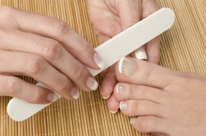 Der Artikel gibt Tipps gegen verfärbte Fußnägel.