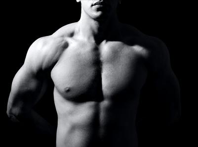 Ein Mann mit vielen Muskeln