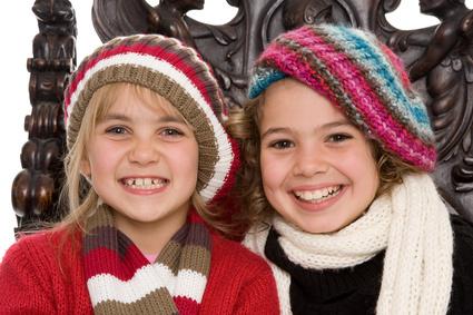 Zwei glückliche Kinder im Winter