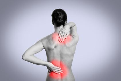Frau hat Rückenschmerzen