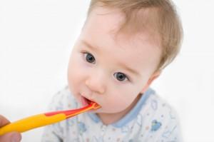 Der Artikel betont die Notwendigkeit der Pflege der Milchzähne.