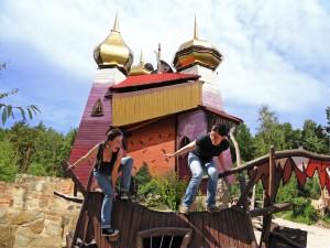 Grüngeringelter Abenteuerfreizeitpark mit märchenhaftem Zauberschloss. Foto: djd/Kulturinsel Einsiedel