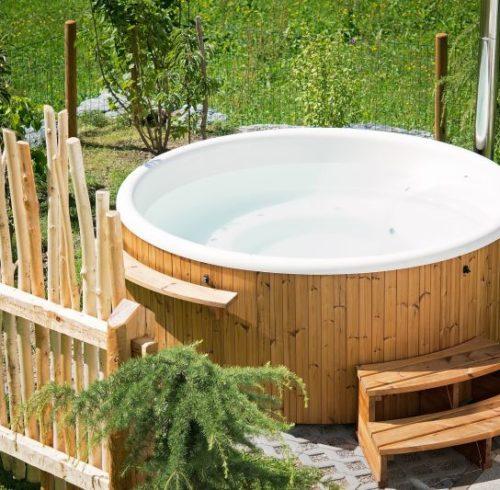 Im Outdoor-Whirlpool Wasser-Wellness im eigenen Garten genießen